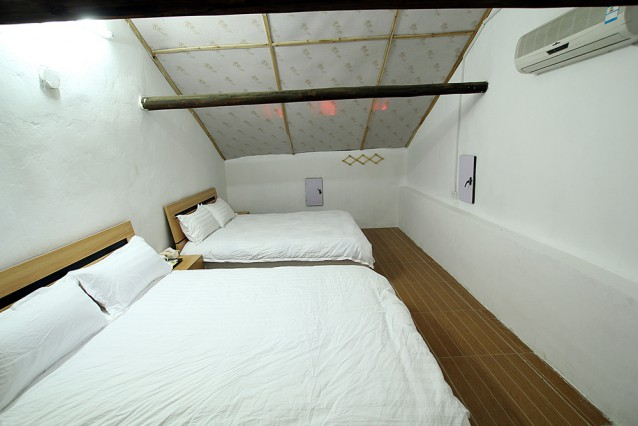 Twin Bedroom with shared bathroom